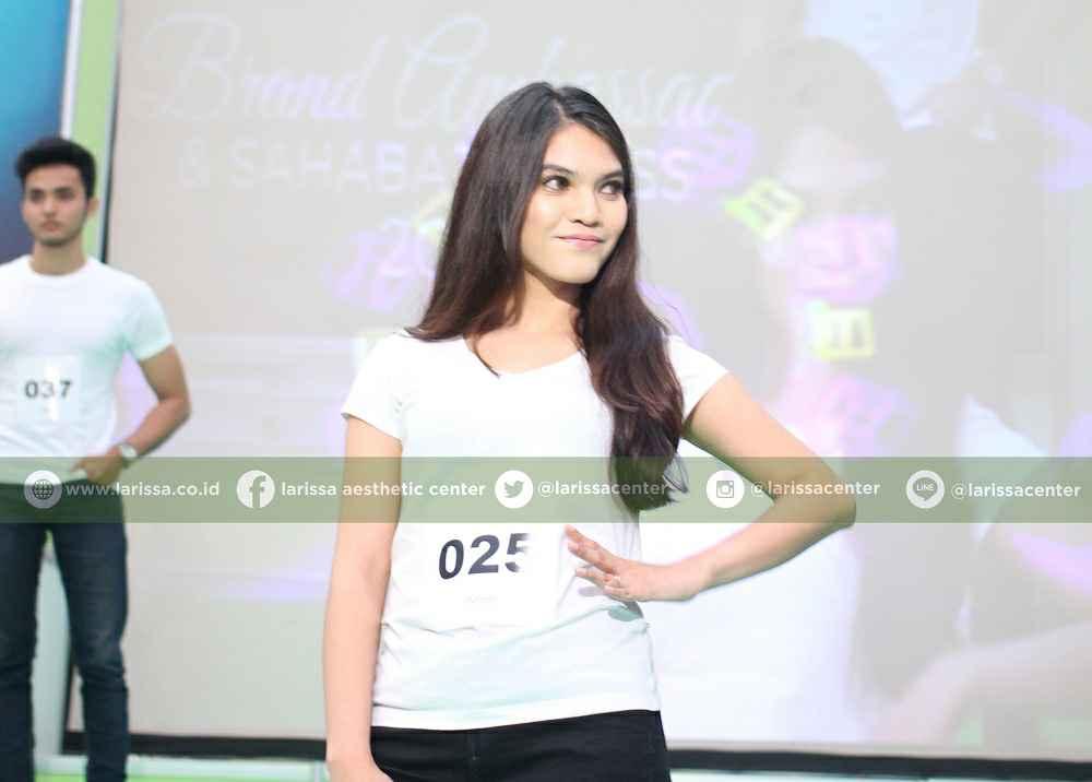 Tahap kedua setelah registrasi adalah peserta audisi Pemilihan Brand Ambassador Larissa melakukan pa
